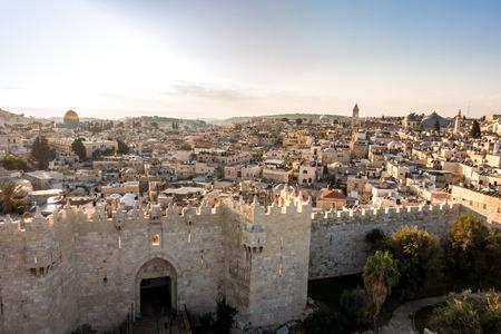 Horizonte de la ciudad vieja en Jerusalén con la puerta de Damasco, Israel. Medio este