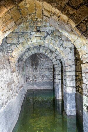 aljibe: cisterna subterránea romano en Bethesda piscina, Jerusalén, Israel Foto de archivo