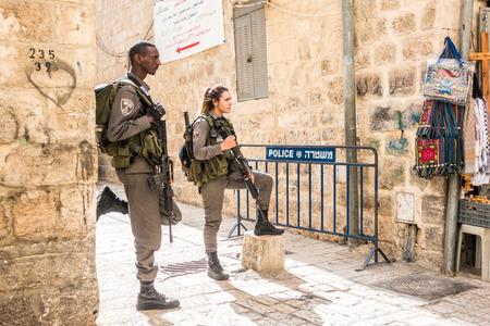 エルサレム, イスラエル - 2015 年 11 月 3 日: イスラエルの兵士 - 男と女 - 旧市街の通り舞の一つを守る