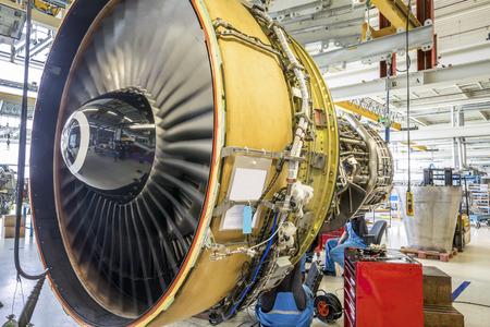 Un motor de avión durante el mantenimiento en un almacén