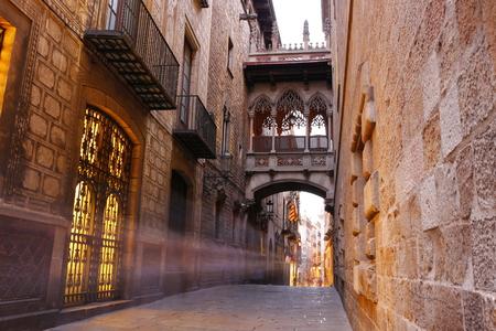 Puente entre edificios en Barri Gòtic trimestre de Barcelona, ??España Foto de archivo - 67464619