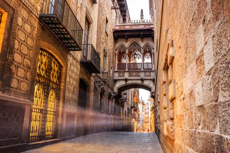 gotico: Puente entre edificios en Barri Gòtic trimestre de Barcelona, ??España
