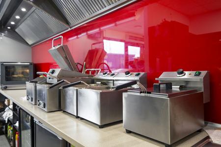 Moderne keuken in het restaurant met roestvrij materiaal