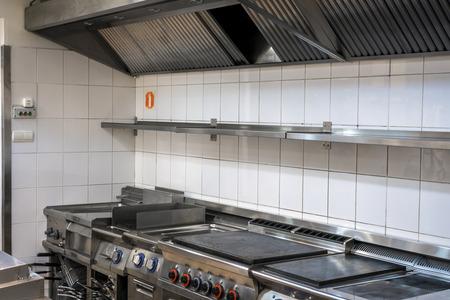 ステンレス機器とレストランでモダンなキッチン