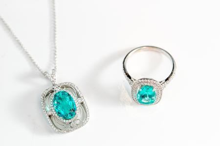 Belo conjunto de colar e anel com pedras preciosas