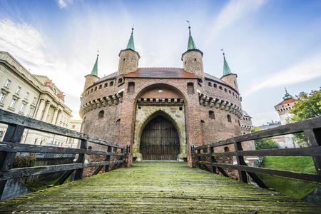 Tir de Low Angle de Barbakan à Cracovie qui faisait partie du mur de la ville, juste après le lever du soleil, en Pologne.