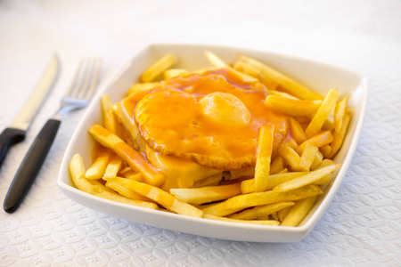 Francesinha - a Portuguese sandwich served with french fries, originally from Porto, Portugal Imagens
