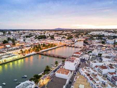 Gilao 川、アルガルヴェ、ポルトガルによってムーア タヴィラの歴史の町 写真素材 - 89958018