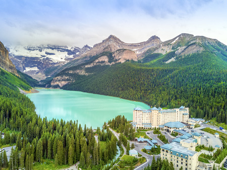 Turquoise Louise Lake in Rockies Mountains, Banff National Park, Alberta, Canada Stock fotó - 90510978