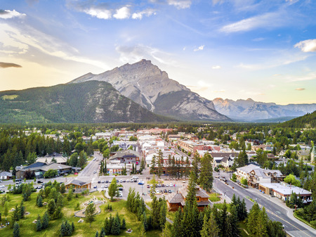 Amazing cityscape of Banff in canadian Rocky Mountains, Alberta,Canada Imagens