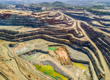 Widok z lotu ptaka na ogromną, nowoczesną kopalnię odkrywkową w Minas de Riotinto, Andaluzja, Hiszpania