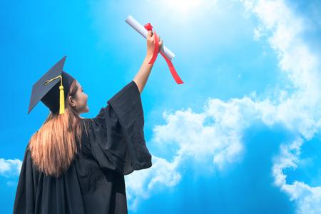 上空の背景を手で免許を取得を示す幸せな卒業 写真素材
