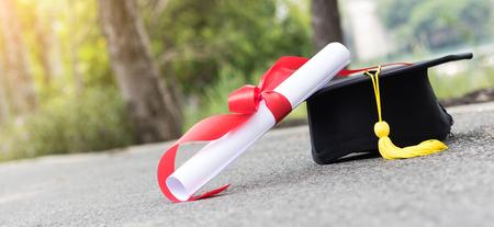 卒業帽子と路上で認定 写真素材