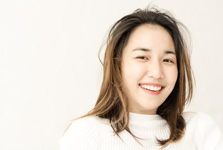 Mooie Aziatische vrouwen worden wakker in de ochtend