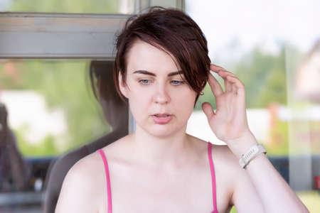 Portrait of a girl scratching her head thoughtfully Zdjęcie Seryjne