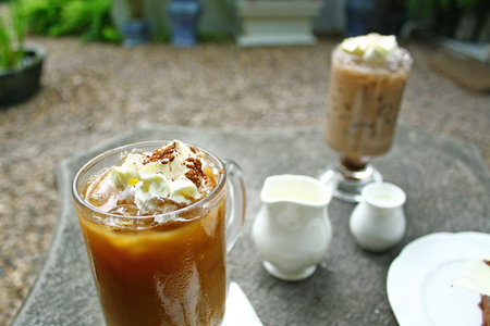 capuchino: Coffee and Cake on the table in the garden Stock Photo