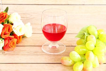 madera r�stica: El vino tinto de mesa de madera r�stica