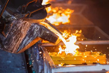 siderurgia: colada de metal en la producción de línea de colada Foto de archivo
