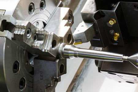 industriële metalen werk bewerkingsproces door snijgereedschap op CNC-draaibank Stockfoto