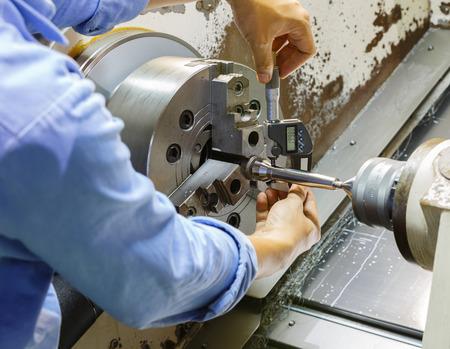 arbeider meten cnc draaien deel ny micro meter Stockfoto