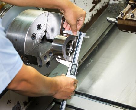 Messarbeiter CNC Drehteil ny Mikrometer Standard-Bild - 32145046