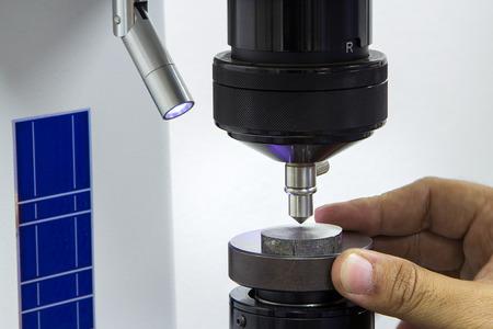 Twardość kontroli operatora przez tester twardości Rockwell Zdjęcie Seryjne
