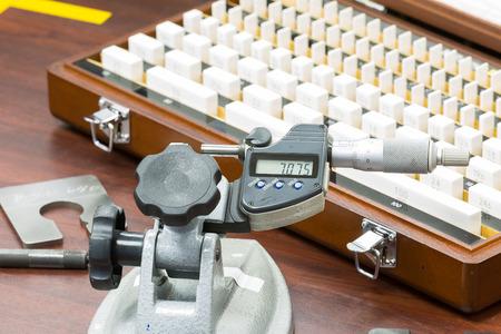 operator kalibratie micrometer per blok gauge Stockfoto