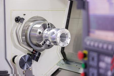 Betreiber Drehen Aluminium autopart von CNC-Drehmaschine in der industriellen Fabrik Standard-Bild - 34791361