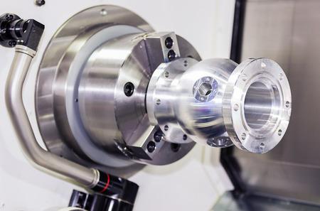 operator draaien aluminium autopart door CNC draaibank in industriële fabriek