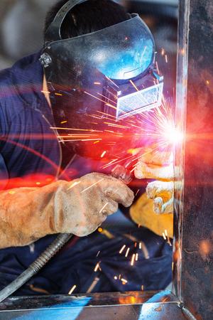 soldador: trabajador de la construcción de soldadura por soldadura MIG Foto de archivo