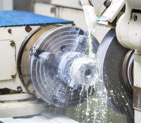 高精度研削盤による鍛造金型部品を研削加工オペレーター