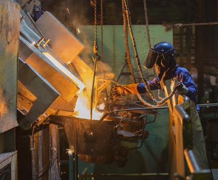 recieve: operator recieve molten metal from melting furnace