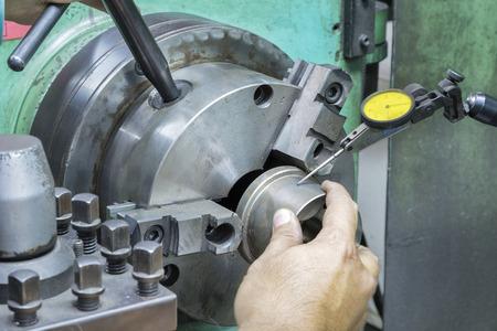 operator setup draaien deel op handmatige draaibank machine door klokmicrometer