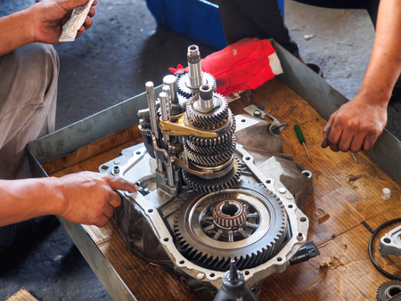 operator repair gear box of automotive engine