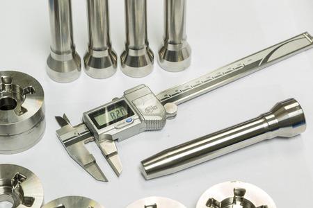 operator inspection dimension of high precision cnc turning parts Archivio Fotografico