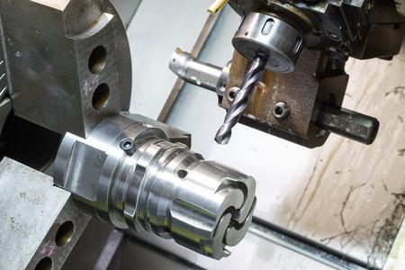 高精度 CNC 旋盤により金型鋳造機械部品の加工オペレーター