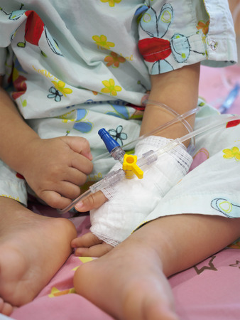 niños enfermos: niña en un goteo de recibir una solución salina en el hospital