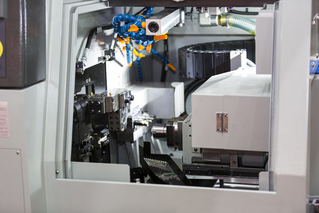 Volviendo alta precisión parte de la automoción por el torno CNC Foto de archivo - 42083218