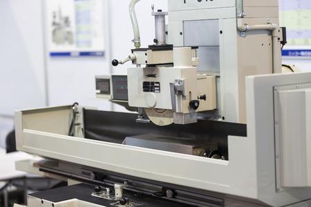 operator slijpen oppervlak van de schimmel en sterven delen door oppervlakte slijpmachine