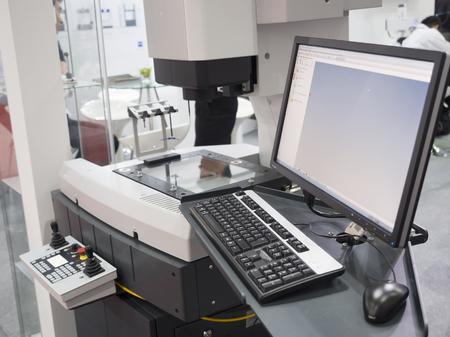 componentes: la inspección del operador de alta precisión parte por el sistema de visión aotumate Foto de archivo