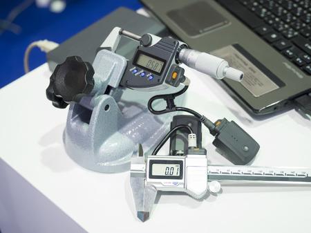 Inspektion und sammeln Daten von Kfz-Stahl-Getriebe durch drahtlose Schieblehre Standard-Bild - 48901279