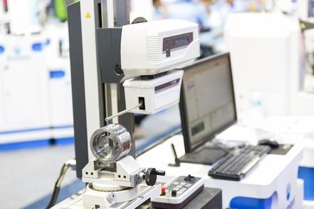 operator inspection automotive part by contour measuring machine 스톡 콘텐츠