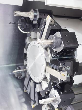 Operator bewerkingscentra auto-onderdeel door CNC draaibank