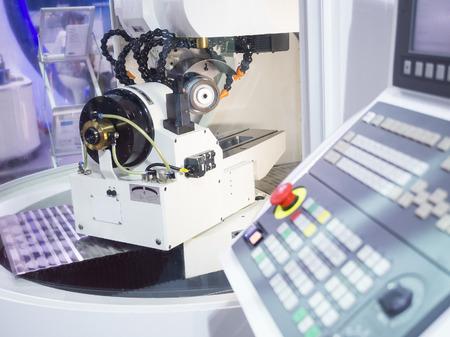 operator slijpen snijgereedschap door CNC slijpmachine