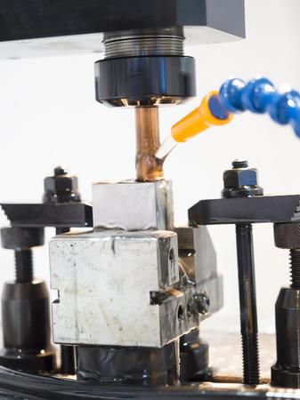 grafito: operador de utilización de grafito EDM electrod para hacer moldes de precisión y mueren