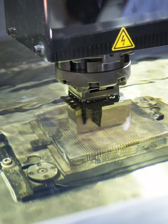 オペレーターは、グラファイト放電加工系電極を使用し、精密金型を作る