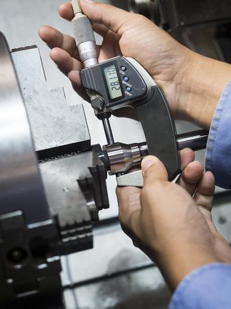 金型部品加工工場で CNC 旋盤オペレーター 写真素材