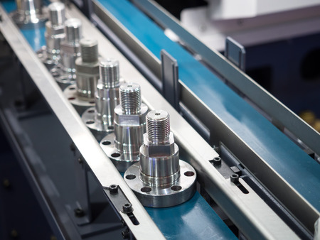 operator inspection dimension of high precision cnc turning parts Banque d'images