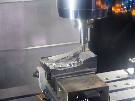 machining precision part by CNC machining center Banque d'images