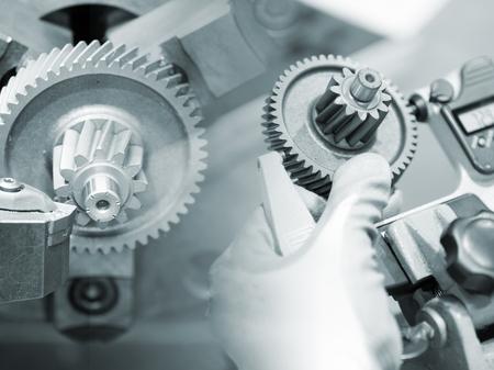ingenieria industrial: Mecanizado Operador parte del automóvil por la máquina de torneado CNC Foto de archivo